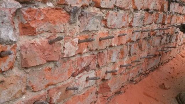 Odtworzenie izolacji poziomej metoda iniekcji ciśnieniowej preparatem AQUAFIN-F z wykonaniem izolacji pionowej masami izolacyjnymi mineralnymi AQUAFIN-1K i AQUAFIN-2k preparatem AQUAFIN-F w technologii Schomburg Realizacja: Maj 2011 r Warszawa, ul. Lipowa.