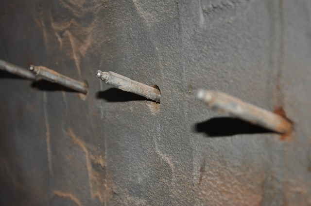Izolacja fundamentów i ścian wewnętrznych masami izolacyjnymi AQUAFIN-1K i AQUAFIN-2K i odtworzenie izolacji poziomej metodą iniekcji ciśnieniowej preparatem AQUAFIN-F prace wykonane w systemie Schomburg. Realizacja: Ośno Lubuskie, ul. Grunwaldzka.