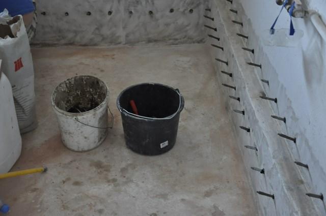 Odtworzenie izolacji poziomej metodą iniekcji ciśnieniowej preparatem AQUAFIN-F I  izolacji pionowej ścian  masami szlamowymi  izolacyjnymi AQUAFIN-1K i AQUAFIN-2K/M w  technologii Schomburg. Realizacja: Gdynia, ul. Malborska.