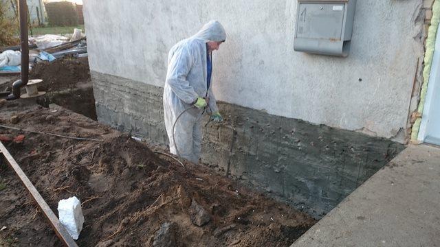 Izolacja budynku masą mineralną izolacyjną i odtworzenie izolacji poziomej metodą iniekcji ciśnieniowej preparatem OXAL-HSL. Realizacja: Myślibórz