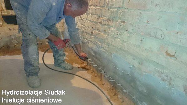Izolacja  budynku masą bitumiczno-polimerową COMBIFLEX-AB2 i ścian wewnętrznych masami izolacyjnymi AQUAFIN-1K i AQUAFIN-2K i odtworzenie izolacji poziomej metodą iniekcji ciśnieniowej preparatem AQUAFIN-F wykonanie w systemie Schomburg. Realizacja: Szklarska Poręba