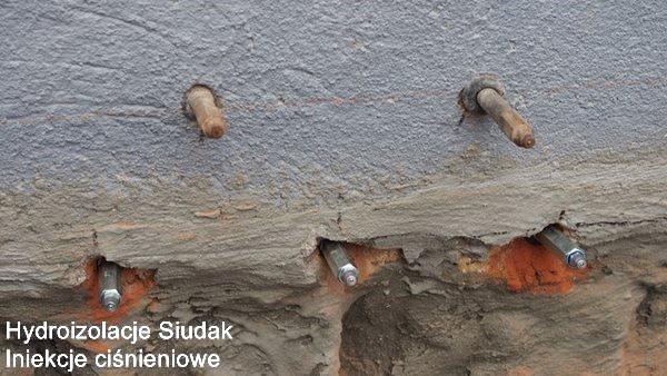 Izolacja  budynku masą bitumiczno-polimerową COMBIFLEX-AB2 i ścian wewnętrznych masami izolacyjnymi AQUAFIN-1K i AQUAFIN-2K i odtworzenie izolacji poziomej metodą iniekcji ciśnieniowej preparatem AQUAFIN-F wykonanie w systemie Schomburg. Realizacja: Karpacz