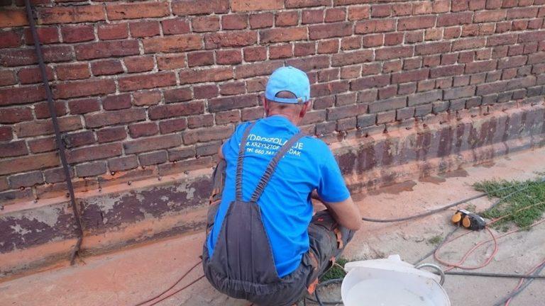 Wykonana przy użyciu preparatu (AGFAFIN-F lub AQUAFIN-IB2) jest jednym ze sposobów odtworzenia izolacji poziomej w istniejącym murze. Bez ingerencji w strukturę muru i naruszania statyki. Ściana po wykonaniu przepony wysycha w tempie zależnym od wielu czynników (pierwotnej wilgotności muru i innych przyczyn ). Jednak efekty widoczne są już po kilku miesiącach.