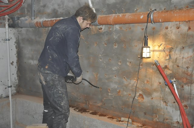 W przypadkach, gdy nie jest możliwe z przyczyn technicznych rozkopanie budynku i wykonanie izolacji pionowej ścian podziemnych zewnętrznych, a wilgoć jest następstwem podsiąku  z gruntu można wykonać tzw. przeponę wilgociową całej ściany, polegającą na wykonaniu sieci odwiertów na całej powierzchni ściany i nasycenie jej metodą ciśnieniową związkami krzemianującym hydrofobizującymi (AGFAFIN-F lub AQUAFIN-IB2)