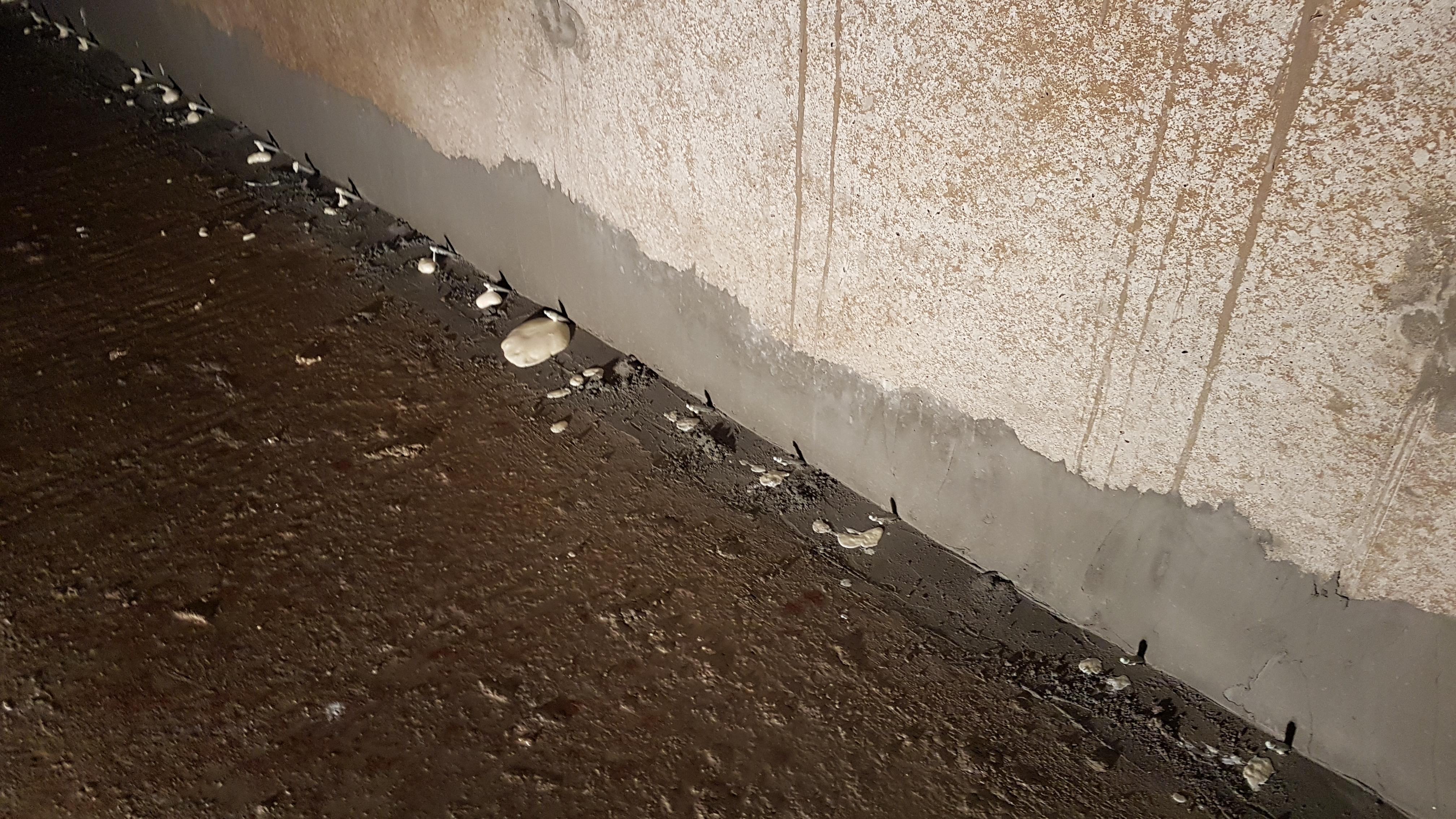 Uszczelnienie rys, pęknięć i przejść wody, metodą iniekcji ciśnieniowej żywicą poliuretanową dwuskładnikową KÖSTER 2 IN 1 Realizacja zbiorniki ppoż Katowice
