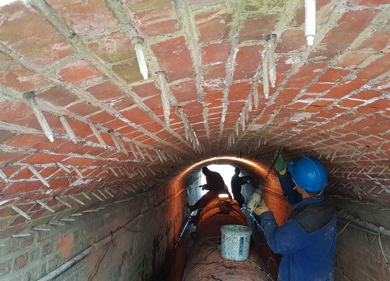 Wykonanie iniekcji kurtynowej odtwarzającej izolację, metodą iniekcji niskociśnieniowej w obiekcje mostowym pod wiaduktem. W technologii KOESTER. Realizacja: Wiadukt Chojna